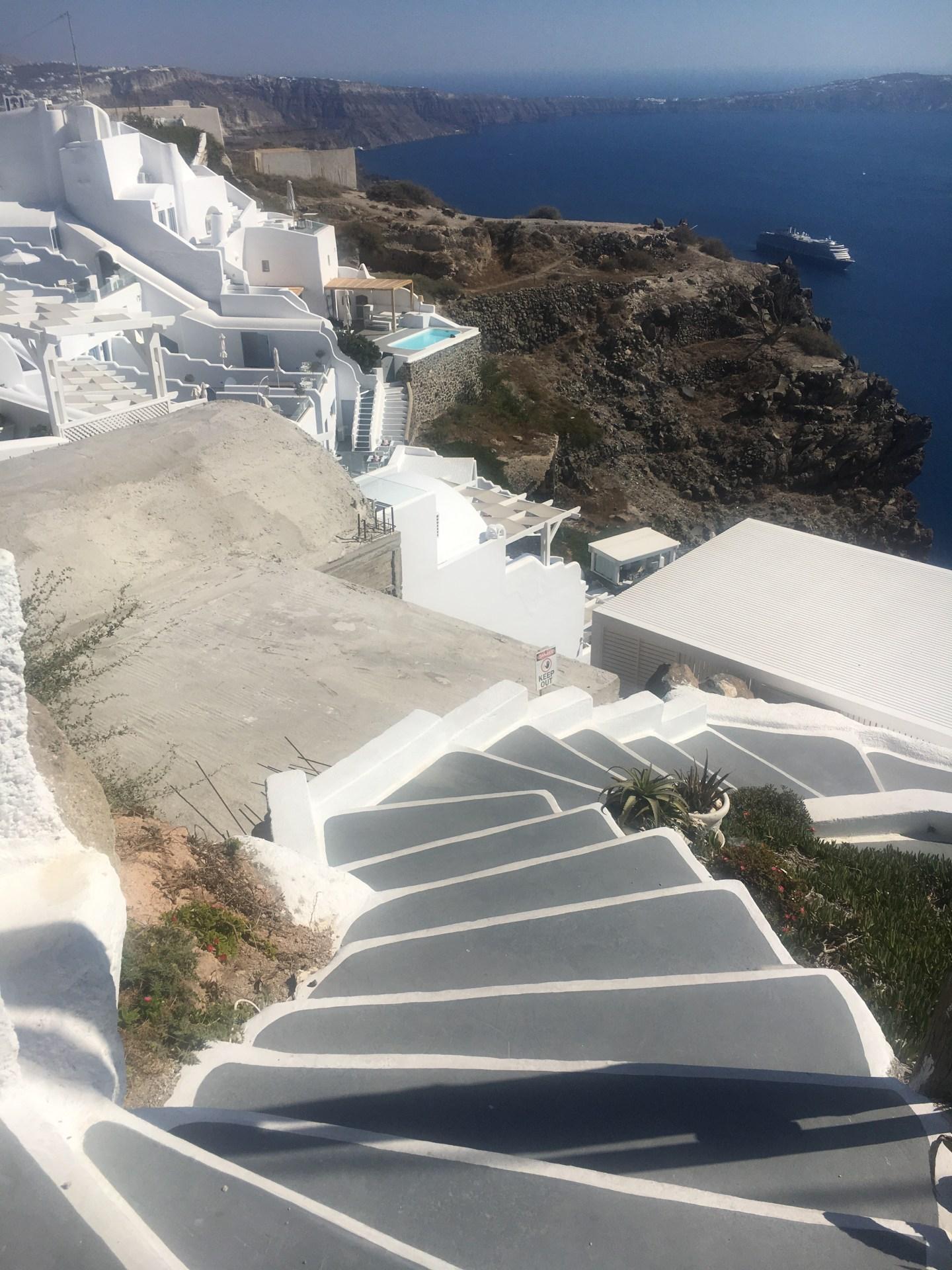 Escalier à Fira pour descendre dans la ville Santorin