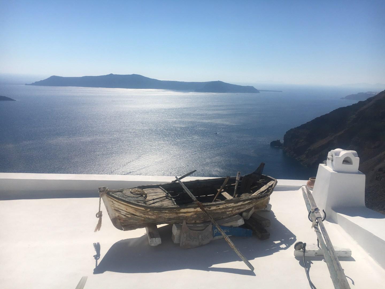Barque sur un toit d'Oia à Santorin