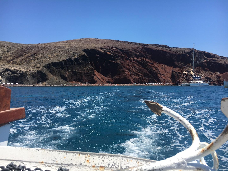 Vue du bateau sur la Red Beach Santorin