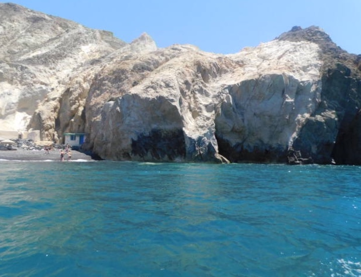 Vue du bateau sur la Black Beach Santorin