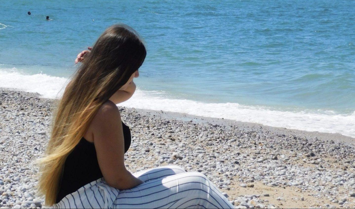 Célia à Etretat pendant l'été