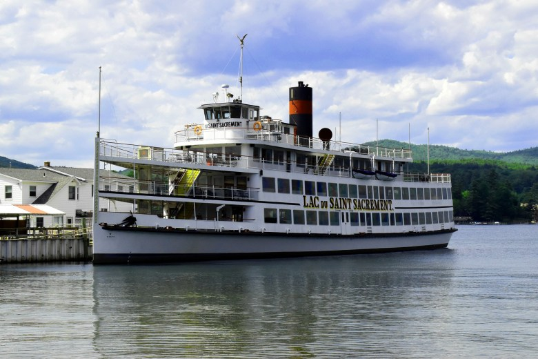 Resons to visit Lake George: Scenic boat tour