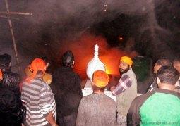 14 सितंबर 2013 को नयना देवी मंदिर के पास सेवा समिति के गोवर्धन संकीर्तन हांल में लगी आग बुझाने को गुरूद्वारे से जुटे सिख सेवादार