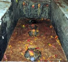 माता भद्रकाली के मंदिर में माता सरस्वती, लक्ष्मी और महाकाली की तीन प्राकृतिक स्वयंभू पिंडियाँ