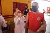 Prefeita Rhaiza Matos, vereadores Ricck e Regivan, e gerentes municipais participaram da vacinação de policiais civis, militares e bombeiros de Naviraí (41)