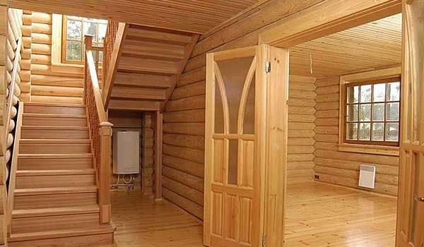 Интерьер внутри дома из бруса