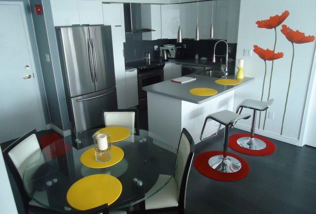 Дизайн кухни с круглым столом со стеклянной столешницей