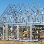 Прочность стальной конструкции позволяет построить практически полностью стеклянные несущие стены