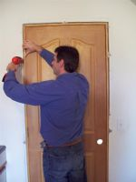 Як встановити міжкімнатні двері своїми руками? (навчальне відео)