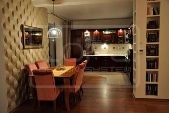 Украшение стены за обеденным столом позволило разделить кухню на зоны и придать ей характера.