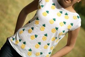готовая футболка с нарисованными ананасами
