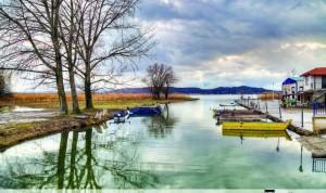 Άποψη της λίμνης στο γραφικό Μαυροχώρι Κστοριάς όπου θα γίνει η 8η συνάντηση ανάπτυξης της Κωπηλασίας