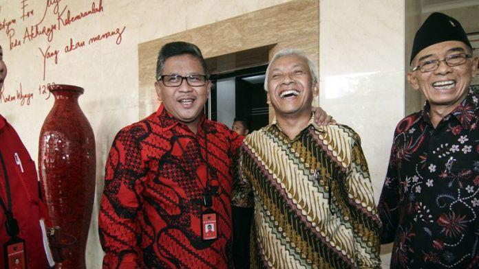 Sekretaris Jenderal DPP PDIP Hasto Kristiyanto (kiri) berjabat tangan dengan Wakil Ketua Dewan Pembina Partai Demokrat Agus Hermanto (kanan) di DPP PDIP