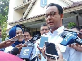 Gubernur DKI Jakarta Anies Baswedan didampingi Wakil Ketua KPK Laode M Syarif menyegel reklame di Jalan HR Rasuna Said.