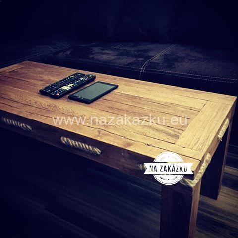 Masivní konferenční stolek