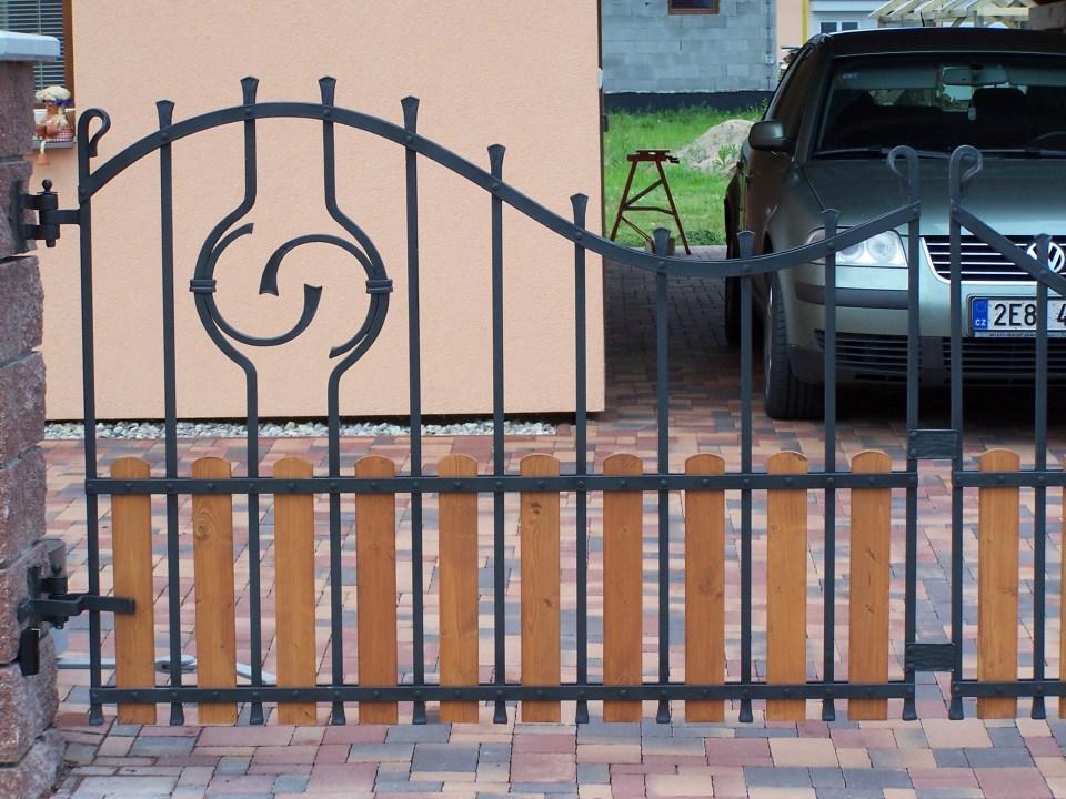 brána dřevo kov