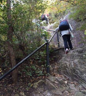 表口の登山道(手すり1)
