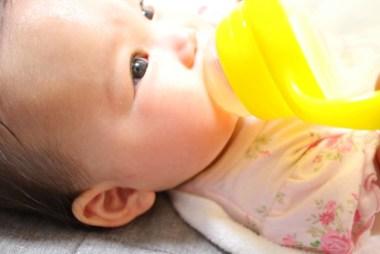 水を飲む赤ちゃん