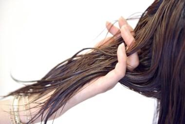 髪を持つ手