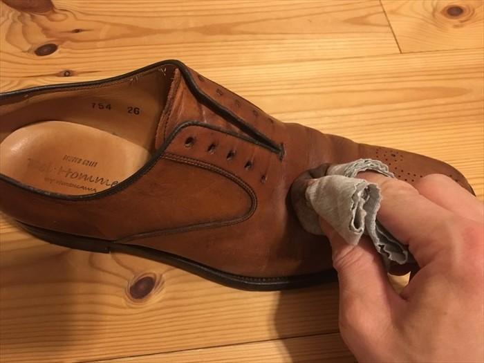 32靴クリームを塗る
