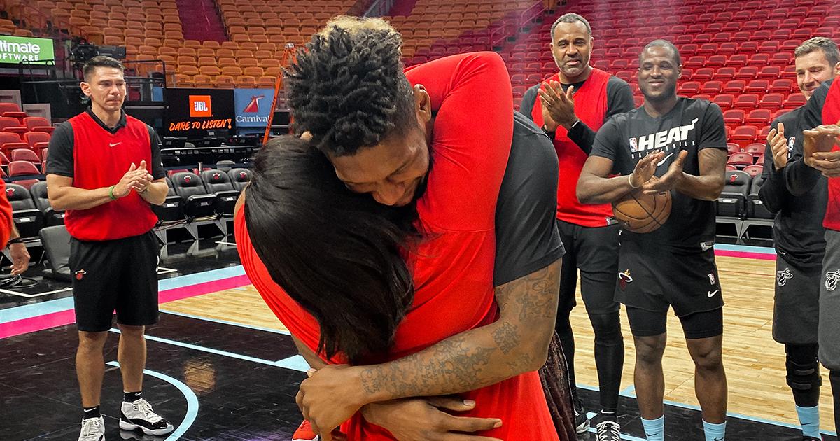為籃球夢異鄉打拚8年,三年未見父母,非洲小將終獲正式合同!