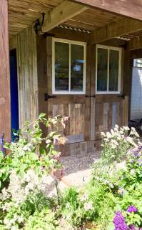1001pallets.com-potting-shed-makeover-with-recycled-pallets-9