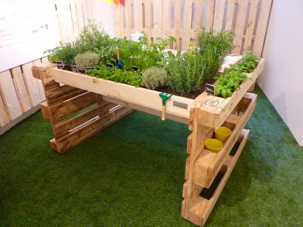 1001pallets.com-reusing-old-pallets-for-garden-projects-3-600x450