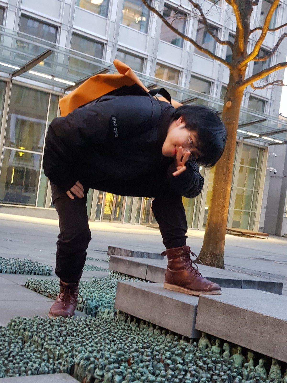 Michael Luu posierend auf einem Platz