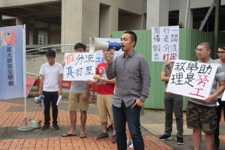 高等教育產業工會陳佑也聲援站台,支持研究生捍衛自己的勞權。(圖╱徐湘芸攝) 貼相片標籤標示地點編輯