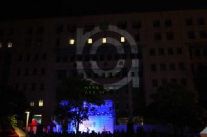 黑盒子組於中場休息時,用投影機在行政大樓外牆上放映各組宣傳片,並在片尾投射大大的藝術季LOGO。(圖╱許閔淳攝)