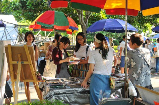 市集攤位除了手作甜點,也有販售各種不同花樣的曼谷包。(圖╱許閔淳攝)