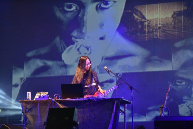「音速死馬」透過效果器製造聲音獨特的電子音樂。(圖╱許閔淳攝)