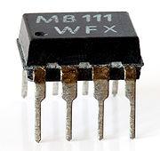 """Gambar 1. Sebuah IC Opto-isolator seri """"MB 111"""", berisi sebuah LED, photodioda dan penguat yang terintegrasi"""