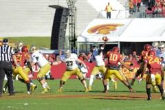 Irish sophomore quarterback Malik Zaire passes. Kevin Song   The Observer.