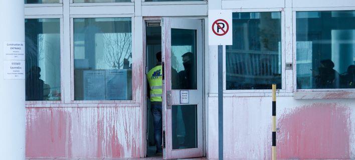 351127-7 Eπίθεση του Ρουβίκωνα με μπογιές στην Αμερικανική πρεσβεία