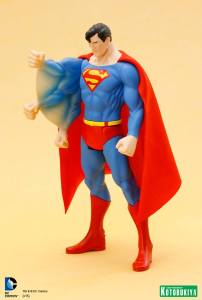 DC Universe Super Powers Superman ARTFX+ Statue. (2)
