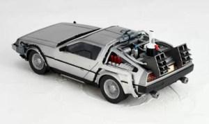 Revoltech-BTTF2-DeLorean-002