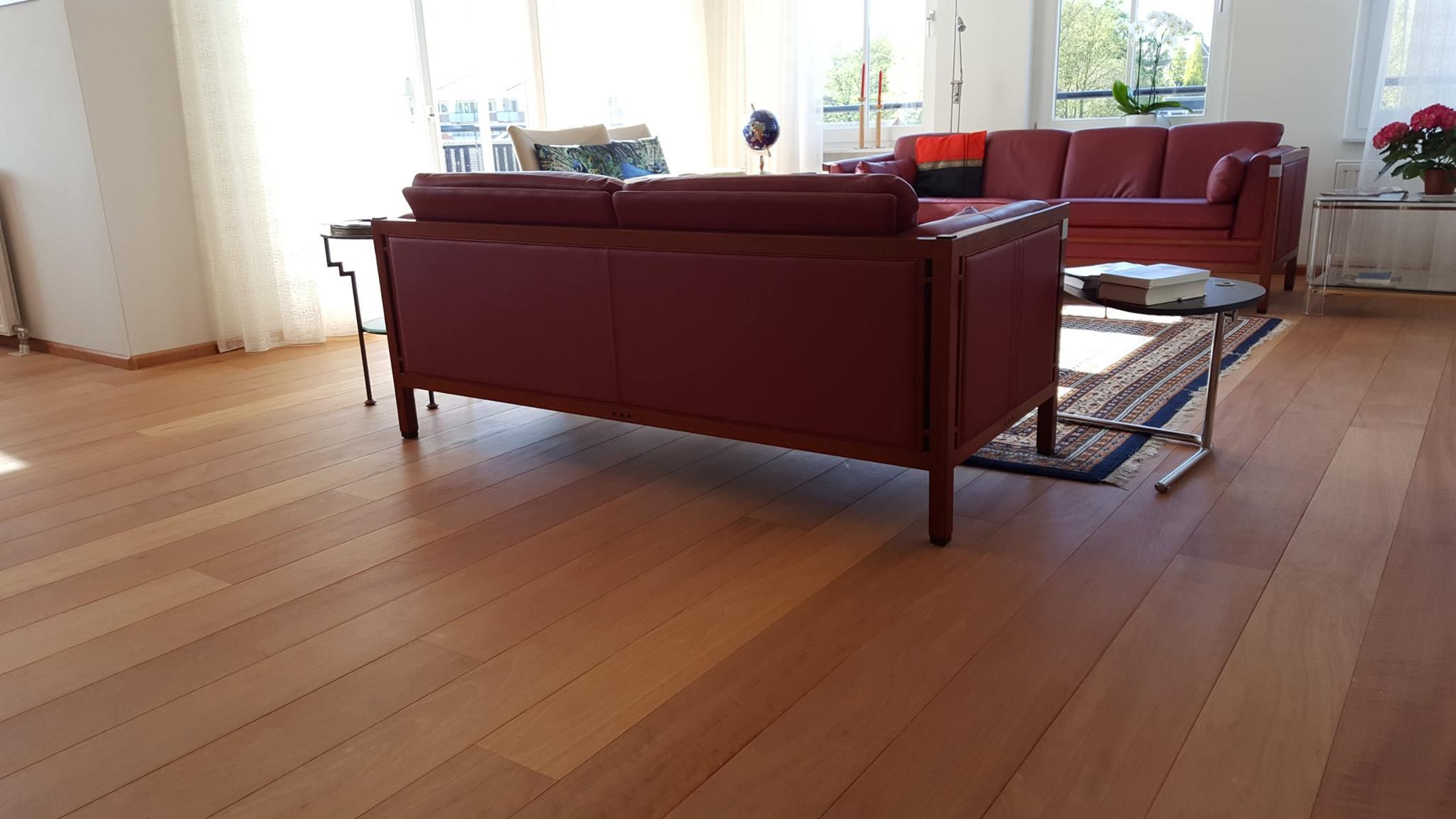 Het kleuren van een rode tropische houten vloer kan dat