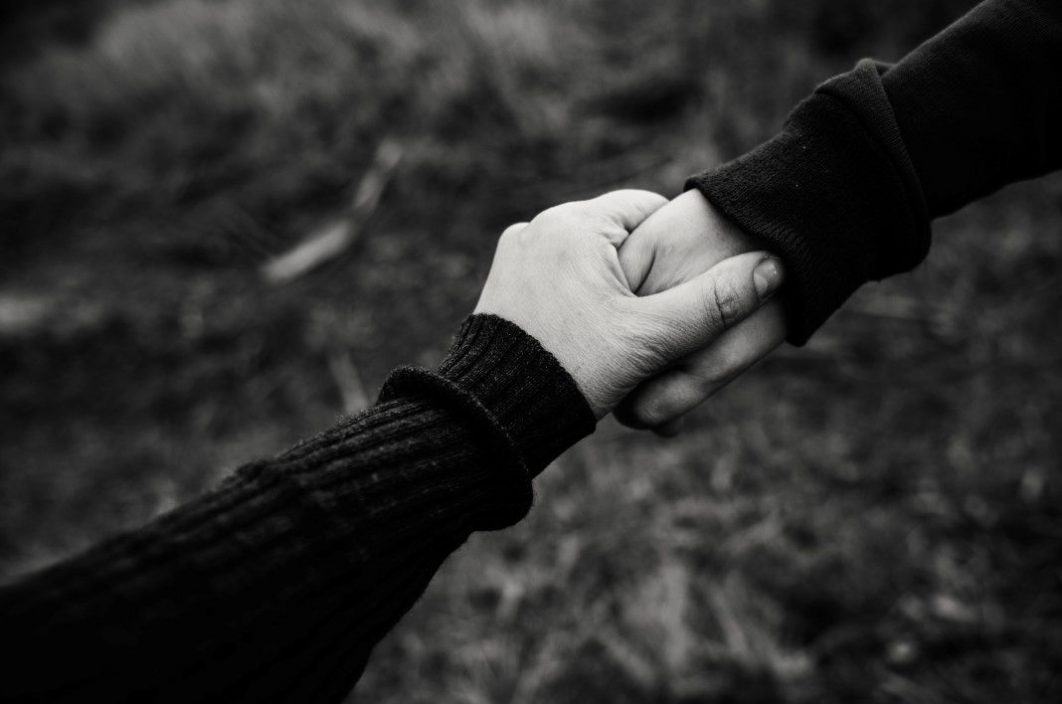 Cute Couple Hug Wallpaper For Mobile Holding Hands Couple Black White Free Stock Photo