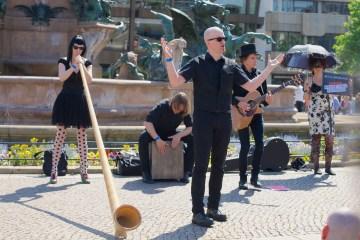 Spontanes Unplugged Konzert der Metalspürhunde in Leipzig (Foto: Sacha Saxer)