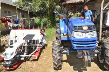 21.traktor dan mesin penanam benih padi yang diberikan  Pemda   Bangka