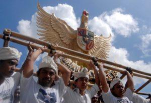 """Beberapa pemuda mengarak patung Burung Garuda Pancasila dalam kegiatan """"Grebeg Aksara Prasada"""" di Desa Mas, Ubud, Bali."""