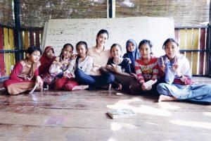 Natasha Mannuela saat anak-anak pemulung yang tidak mampu mendapatkan pendidikan formal. (foto istimewa)