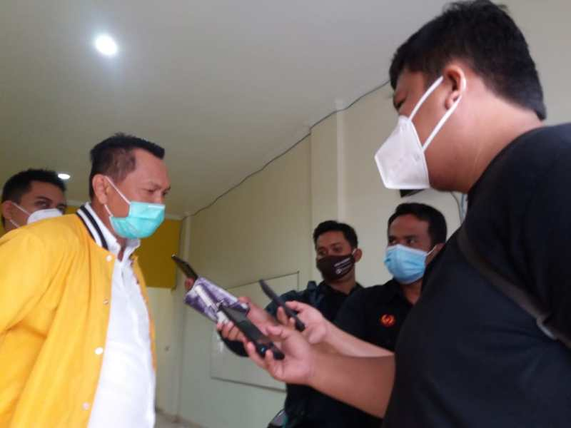 Ketua DPD 1 Partai Golkar Babel, Bambang Patijaya saat diwawancarai wartawan, Rabu (27/1/2021).  Foto : Rangga