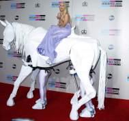 LADY GAGA LLEGA A CABALLOLady Gaga, siempre a la altura de su personaje, llegó a la 41 edición de los American Music Awards a lomos de un gran caballo de cartón piedra que movían dos personas. (Paul Buck / EFE)