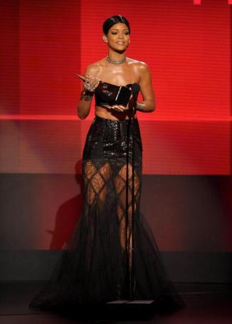 RIHANNA, MEJOR ARTISTA FEMENINA DE RITHM & BLUESRihanna, de 25 años, fue galardonada con el Premio Icono Musical que estrenaba categoría este año y además se hizo con el premio a Mejor Artista Femenina de Rithm & Blues. (GTRES)