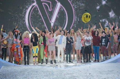 El final del 2013 Victoria's Secret Fashion Show con todas las modelos y los cantantes que participaron -