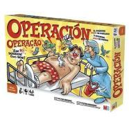 La fiebre por los juegos de mesa, todavía no existían las videoconsolas, comenzó en 1965 con Operación, un juego de MB que fue ideado por John Spinello, y se presenta en forma de una mesa de operaciones con un paciente que necesita ser curado. Un clásico.