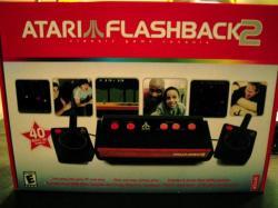 Atari (1979) La Atari original fue pionera en juegos arcade, videojuegos caseros y microcomputadores personales, y su dominio en estas áreas la mantuvo como la mayor fuerza en la industria de la computación y el entretenimiento desde principios hasta mediados de la década de los años 80. La idea de jugar ilimitadamente en casa a una máquina recreativa que estaba en los bares, y que había que pagar por cada partida hicieron que Atari vendiera ...