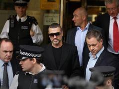 Un tribunal londinense condenó a George Michael a ocho semanas de cárcel por conducir bajo los efectos de las drogas. El cantante de 47 años reconoció los cargos que se le imputaban tras haber estampado su coche contra el escaparate de una tienda de Londres. El cantante, no obstante, solo estuvo preso cuatro semanas y el resto hizo trabajos comunitarios.